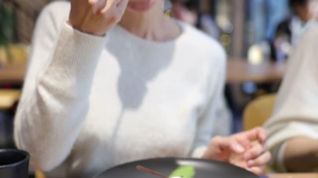 カフェでデザートを食べる日本人女性 - アイスクリーム点の映像素材/bロール