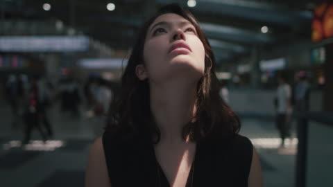 vídeos y material grabado en eventos de stock de japanese woman in in train station in tokyo, japan with closed eyes - ojos cerrados