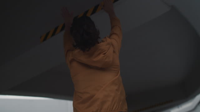 japanese woman in sports clothing jumping to reach ceiling in tokyo, japan. - 避ける点の映像素材/bロール