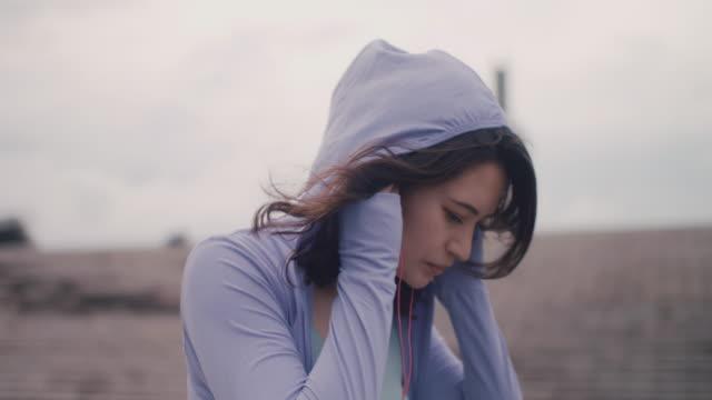 vídeos y material grabado en eventos de stock de japanese woman in sports clothing stretching in tokyo, japan. - anticipación