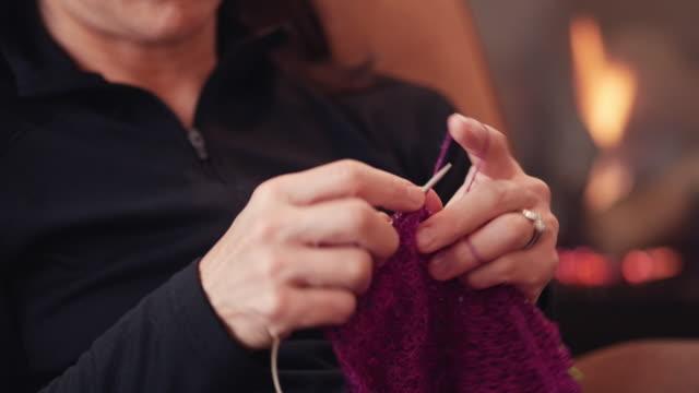 vídeos de stock, filmes e b-roll de japanese woman knitting by fireplace - neckwear