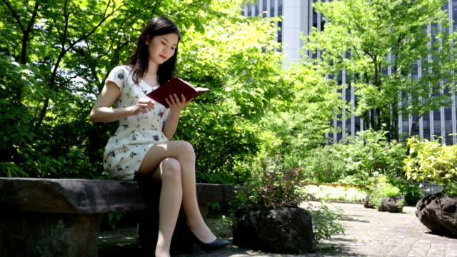 日本女性の読書で、東京の公園