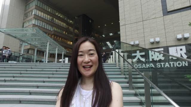 カメラに微笑む日本人女性 - 大阪駅点の映像素材/bロール