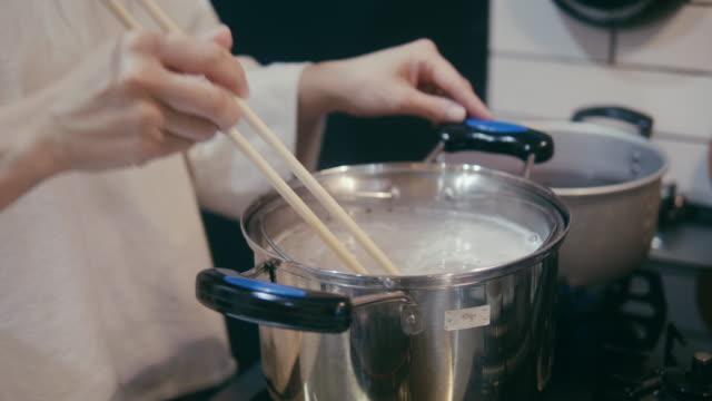 大晦日に箸でそばをかむ日本人女性 - ディナーパーティー点の映像素材/bロール