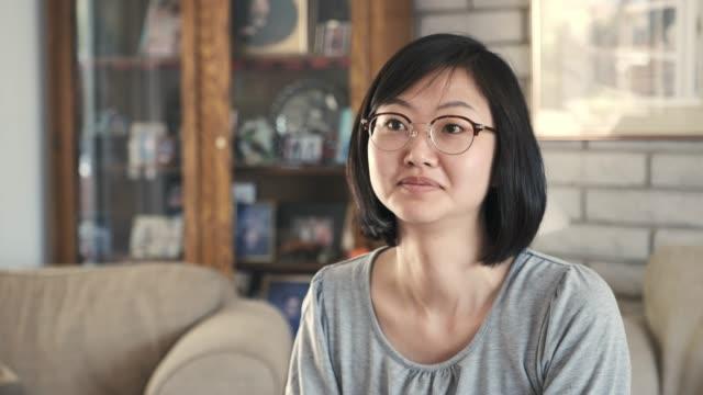 日本女性の話 - インタビュー点の映像素材/bロール