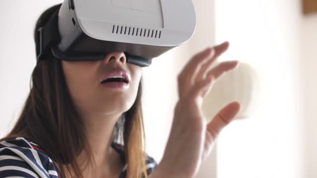 Japanerin mit Virtual Reality