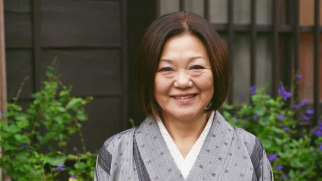 日本の女性の着物 - looking at camera点の映像素材/bロール