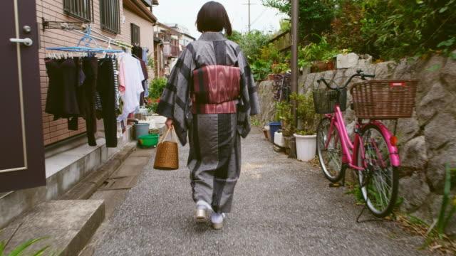 vidéos et rushes de femme japonaise portant kimono - image animée