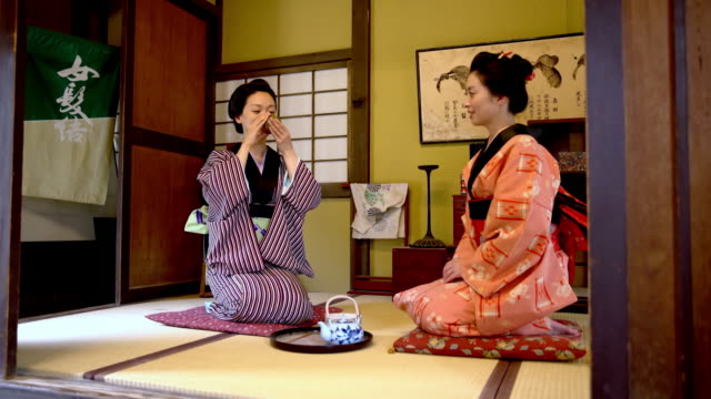 stockvideo's en b-roll-footage met ds japanse vrouwen in traditionele kimono's, thee drinken - ceremonie