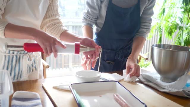 自宅でソーセージを作る日本人女性 - 人の腸点の映像素材/bロール