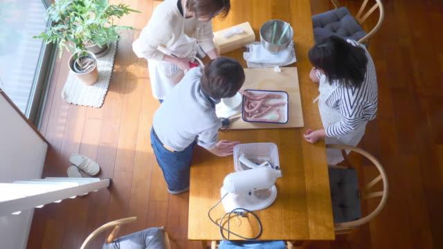 自宅でソーセージを作る日本人女性 - 家の中点の映像素材/bロール