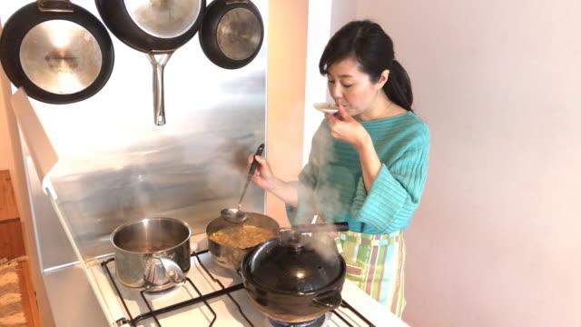 japanese women tasting miso soup - 中年の女性点の映像素材/bロール