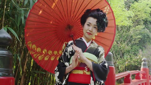 japanese women wearing a ceremonial kimono - 竹点の映像素材/bロール