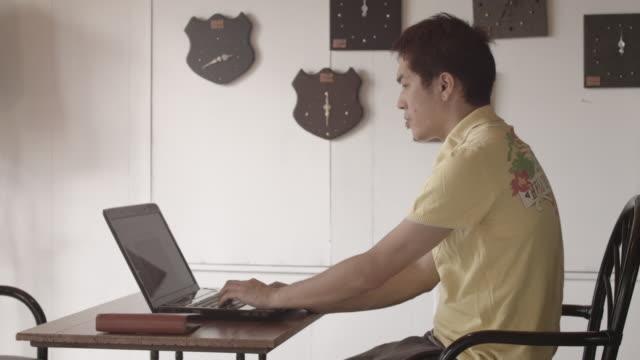 japanese young man in a room. - endast en man i 30 årsåldern bildbanksvideor och videomaterial från bakom kulisserna