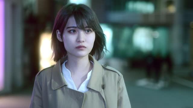 japanese young woman walking feel lonely on night street - 不安点の映像素材/bロール