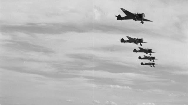japanese zero planes fly in formation through the sky. - formationsfliegen stock-videos und b-roll-filmmaterial
