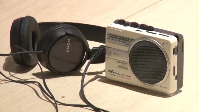 sony corp. kicks off on july 1 a two-month long exhibition at ginza sony park in tokyo celebrating the 40th anniversary of the walkman, showcasing... - 携帯オーディオプレーヤー点の映像素材/bロール