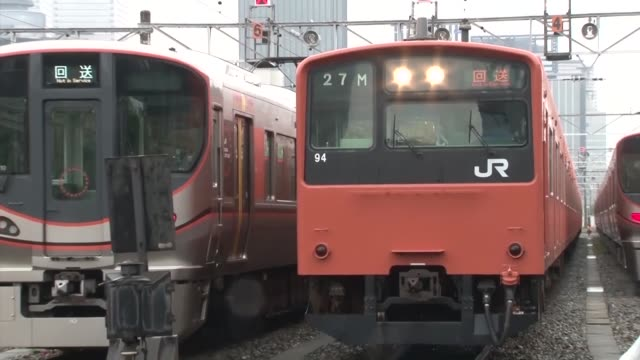 osaka's iconic orange 201 series train makes its final run on june 7 2019 silver 323 series trains will replace the trains that have run on the osaka... - zuletzt stock-videos und b-roll-filmmaterial