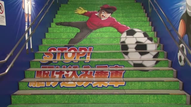 """local train station in tokyo has been covered from floor to ceiling with images from japan's famous soccer manga and anime series """"captain tsubasa""""... - 漫画家点の映像素材/bロール"""