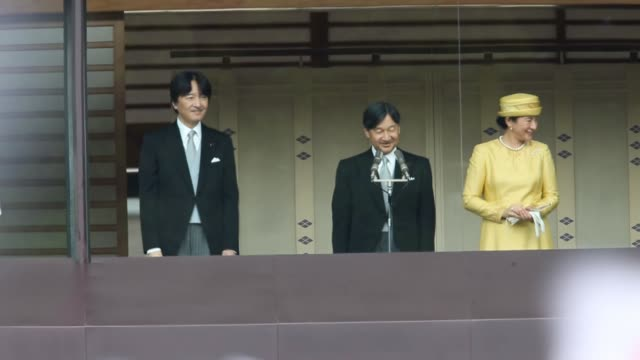 japan's emperor naruhito, empress masako and other members of the japanese royal family make a public appearance on the balcony of the imperial... - 天皇点の映像素材/bロール