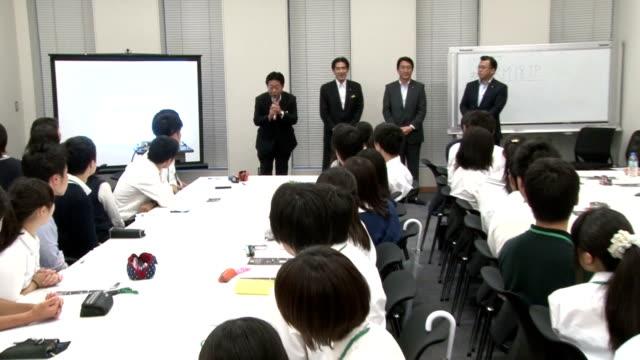 japan's high school students experienced mock voting on wednesday june 17 as the japanese parliament passed the law to reduce voting age from 20 to... - 選挙点の映像素材/bロール
