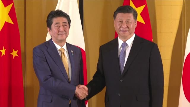stockvideo's en b-roll-footage met japan's prime minister shinzo abe holds a bilateral meeting with chinese president xi jinping ahead of the g20 summit held in osaka - minister president
