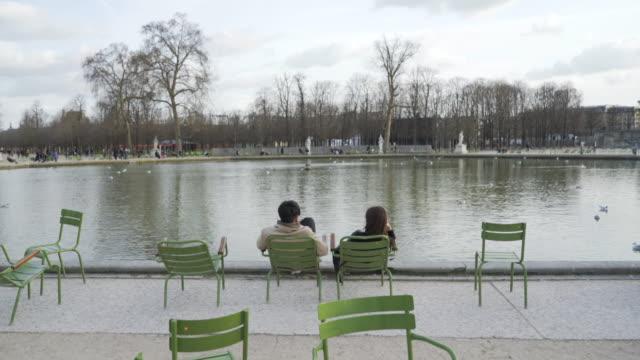 jardin des tuileries paris in winter. - lehnend stock-videos und b-roll-filmmaterial