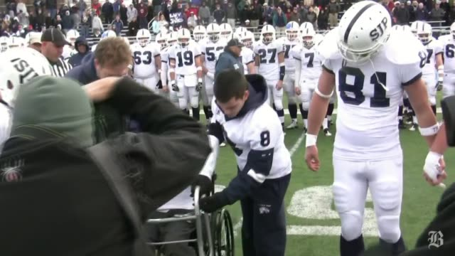 vídeos de stock, filmes e b-roll de jared coppola rose from his wheelchair and walked to midfield for the coin toss at the st john'sxaverian game on thanksgiving jared coppola walks to... - lançar a moeda ao ar