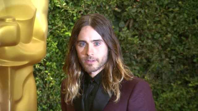 vídeos de stock e filmes b-roll de jared leto at academy of motion picture arts and sciences' governors awards in hollywood, ca, on . - academy of motion picture arts and sciences
