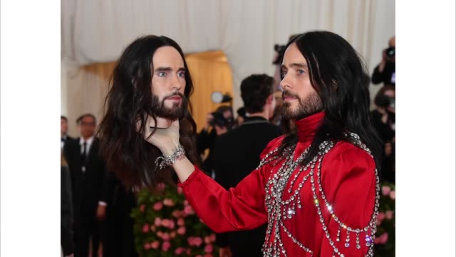 vídeos de stock e filmes b-roll de jared leto attends the 2019 met gala celebrating camp: notes on fashion at metropolitan museum of art on may 06, 2019 in new york city. - gala