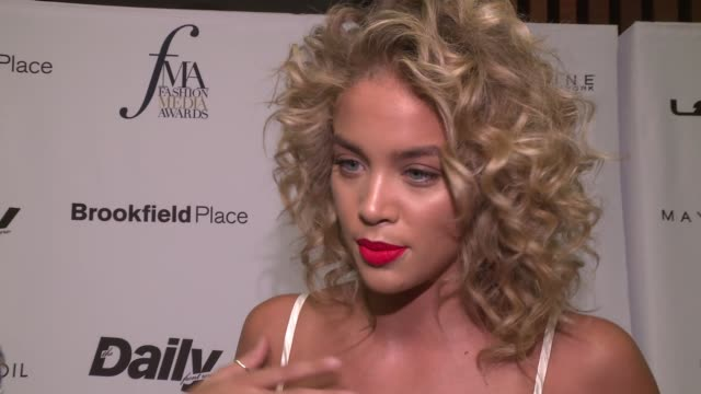 stockvideo's en b-roll-footage met jasmine sanders on all of the people that she's going to see is super exciting. she's excited to be here for katie. she does so much for her career... - interview ruw materiaal