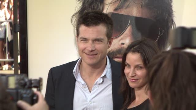 jason bateman at the 'the hangover' premiere at hollywood ca - una notte da leoni video 2009 video stock e b–roll