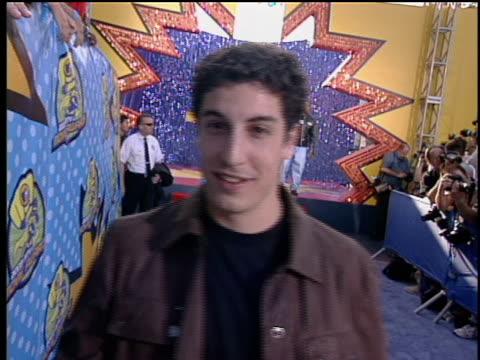 vídeos y material grabado en eventos de stock de jason biggs entering 2003 mtv movie awards red carpet. jason biggs signing autographs. - autografiar