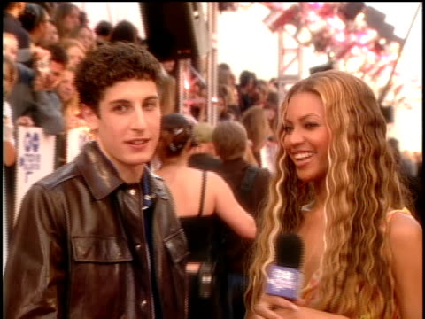 jason biggs on the red carpet of the 2000 mtv movie awards. - 2000年風格 個影片檔及 b 捲影像