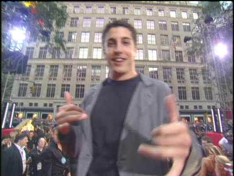 jason biggs shaking hands at the 2003 mtv video music awards red carpet. - 2003 stock videos & royalty-free footage
