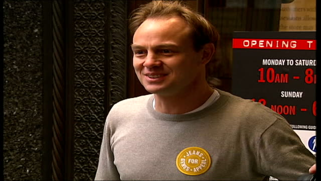 vídeos de stock, filmes e b-roll de jason donovan invited back to harrods wearing jeans ext donovan posing for photocall **flash photography** photographers jeans for genes poster of... - autografando