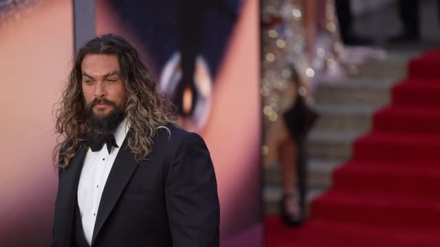 """jason momoa attends the """"no time to die"""" world premiere at royal albert hall on september 28, 2021 in london, england. - première stock-videos und b-roll-filmmaterial"""