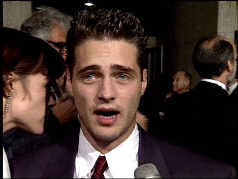 vídeos de stock e filmes b-roll de jason priestley at the 'sunset boulevard' premiere at shubert theater in century city california on november 30 1993 - 1993