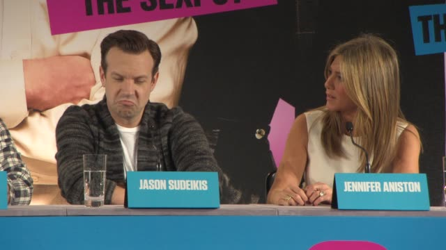 interview jason sudeikis and jennifer aniston on jason's previous job as a clothes salesman and one of jennifer's rudest lines from the film at... - früherer stock-videos und b-roll-filmmaterial