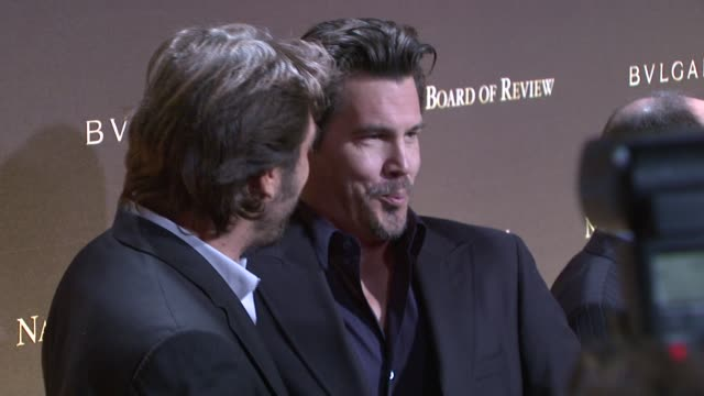 javier bardem and josh brolin at the 2007 national board of review of motion pictures awards gala at cipriani 42nd street in new york new york on... - javier bardem stock-videos und b-roll-filmmaterial