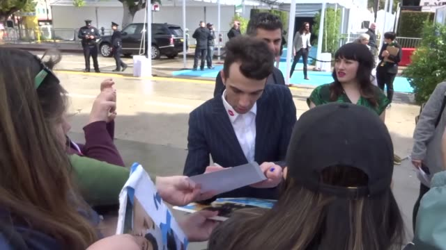 jay baruchel and rebeccajo dunham with fans at the 'how to train your dragon the hidden world' premiere at regency village westwood village in los... - how to train your dragon stock videos & royalty-free footage