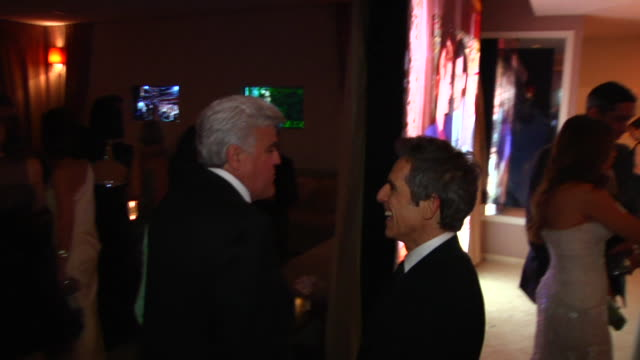 jay leno, ben stiller at the 2012 vanity fair oscar party hosted by graydon carter - inside party at west hollywood ca. - tv司会 ジェイ・レノ点の映像素材/bロール