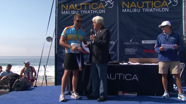 jay leno, david denman on the event. at the 25th annual nautica malibu triathlon at malibu ca. - tv司会 ジェイ・レノ点の映像素材/bロール