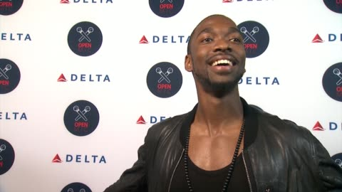 """jay pharoah on going up against serena williams, on singing pop during kareoke, says he loves drake's song """"messages from you"""" and proceeds to sing... - ジェイ・ファロー点の映像素材/bロール"""