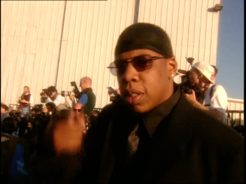 vídeos y material grabado en eventos de stock de jay z at the 1999 mtv movie awards red carpet - 1999