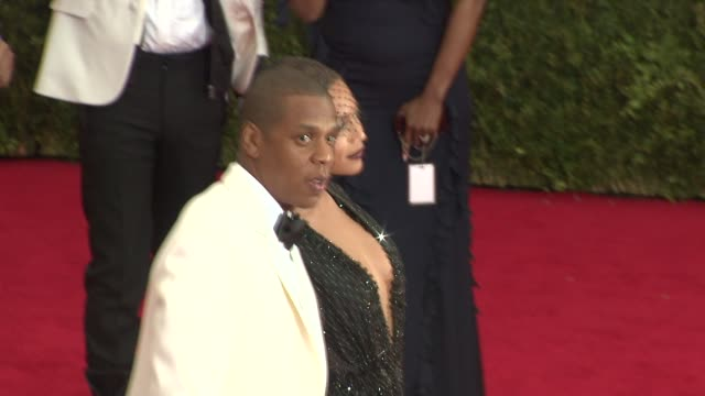 jayz and beyoncé knowles at charles james beyond fashion costume institute gala arrivals at the metropolitan museum on may 05 2014 in new york city - hov bildbanksvideor och videomaterial från bakom kulisserna