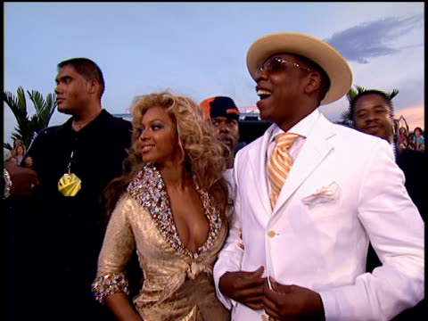 stockvideo's en b-roll-footage met jay-z and beyonce arriving, posing for pictures, and walking down the 2004 mtv video music awards red carpet. - 2004
