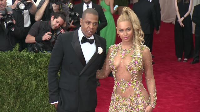 "vídeos y material grabado en eventos de stock de jay-z and beyonce at ""china: through the looking glass"" costume institute benefit gala - arrivals at metropolitan museum of art on may 04, 2015 in... - 2015"