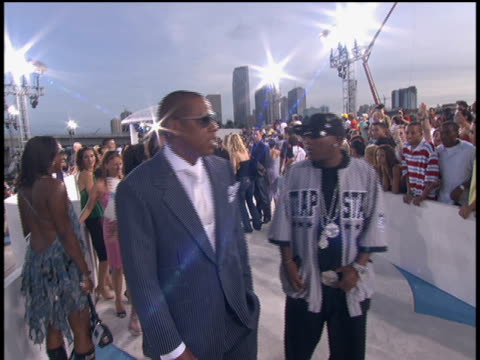 vídeos de stock, filmes e b-roll de jayz arrives to the 2005 mtv video music awards and signs autographs no audio - 2005