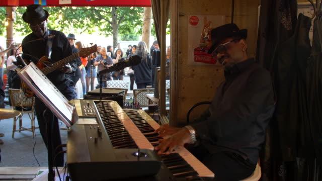 "vídeos de stock e filmes b-roll de jazz band in concert at a café in the center of paris, just aside the seine river, in occasion of the ""fete de la musique"", france's biggest street... - maior"